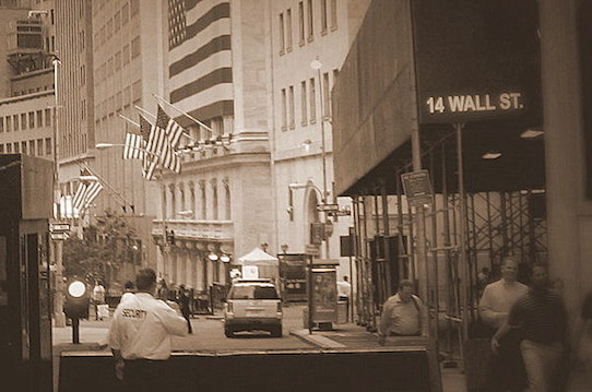 Ein Blick in die New Yorker Wall Street. Foto: Stephan Hönigschmid