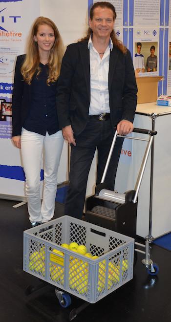 """Madlin und Lutz Stöß gemeinsam mit ihrer Tennisballsammelmachine """"blobbler"""" auf einer Messe. Foto: blobbler – Madlin Stöß und Lutz Stöß GbR/PR"""