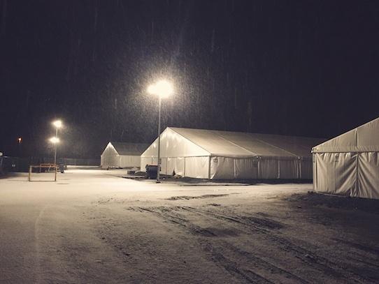 Außenansicht auf die Zelte, in denen die Flüchtlinge untergebracht waren. Foto: Kristijonas Duttke
