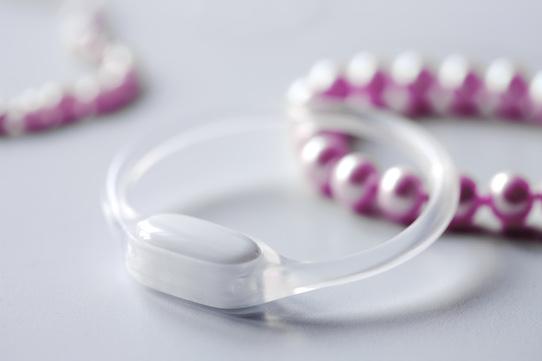 Der Ovularing neben einer Perlenkette. Foto: Vivosens Medical