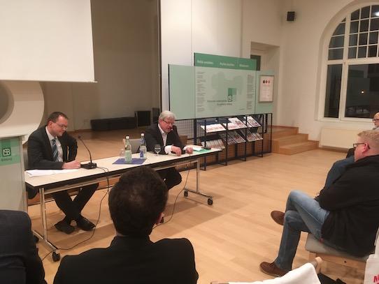 Nach seinem Referat nahm sich der Wirtschaftsjournalist ausgiebig Zeit, um mit den Zuhörern ins Gespräch zu kommen. Foto: Stephan Hönigschmid