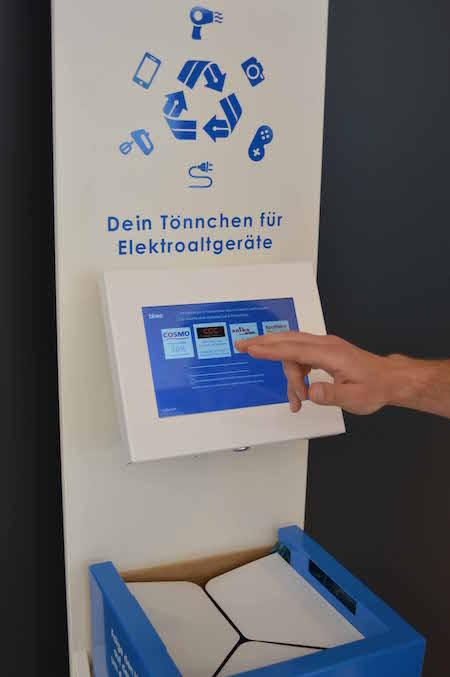 Nach dem Einwurf des Elektromülls kann sich jeder Verbraucher einen Gutschein ausdrucken und damit in ausgewählten Geschäften des Leipziger Paunsdorf Centers vergünstigt schoppen gehen. Foto: Binee