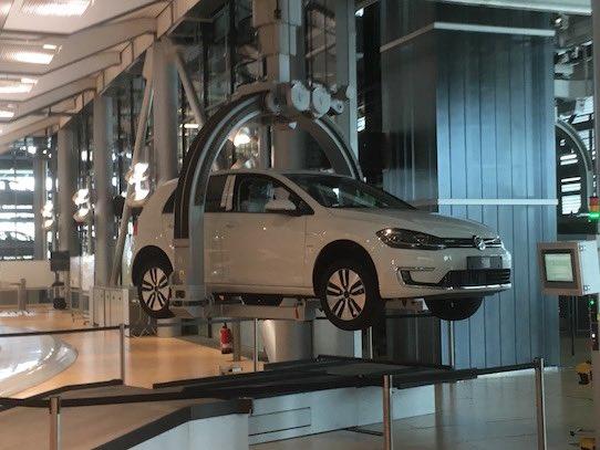 Per Kran werden die Autos innerhalb der Manufaktur transportiert. Foto: Stephan Hönigschmid