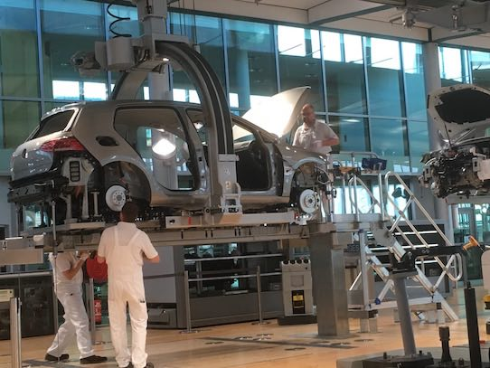 Neben der Produktion des eGolfs sind in der Gläsernen Manufaktur in Dresden ab sofort auch zahlreiche Mobilitäts-Startups beheimatet. Foto: Stephan Hönigschmid