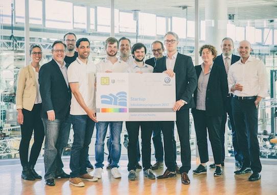 Weitere Startups für den Inkubator in der Gläsernen Manufaktur festgelegt: Die achtköpfige Jury übergibt symbolisch den Manufaktur-Ausweis an die jungen Gründer von Smart City Systems aus Nürnberg und LoyalGo aus Dortmund. Sie ziehen im Sommer in die Manufaktur. Foto: Volkswagen