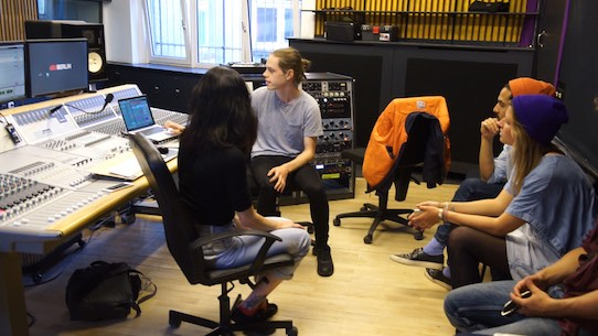In Berlin vermittelt Subcultours den Kontakt zu einem DJ. Im Studio besteht die Möglichkeit, selbst Stücke zu produzieren. Foto: Subcultours/PR