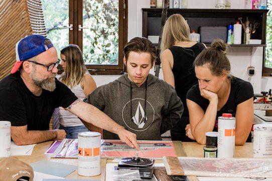 Der Künstler Lars P. Kraus (li.) zeigt den Teilnehmern die Tricks und Kniffe des Siebdrucks. Foto: Subcultours/PR