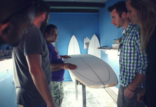 Auf Costa Rica können die Touristen unter Anleitung ihre eigenen Surfbretter herstellen. Foto: Subcultours/PR