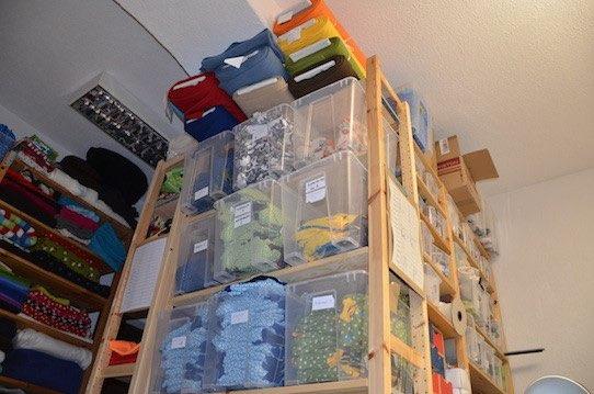 Bis zur Decke stappeln sich in der Windelmanufaktur die Windeln, die in alle Welt verschickt werden. Foto: Stephan Hönigschmid