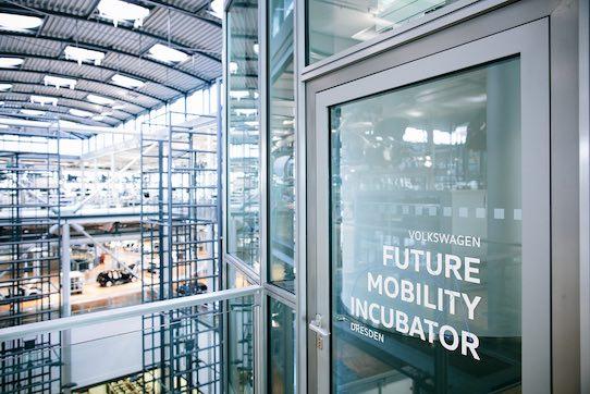Der Eingang zum Inkubator innerhalb der Gläsernen Manufaktur in Dresden. Foto: Volkswagen