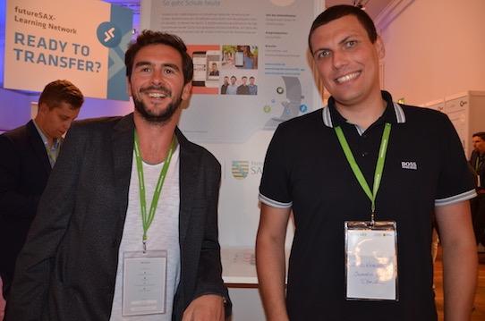 Die Scoolio-Gründer Danny Roller und Alexander Witkowski (von links) an ihrem Stand während der Futuresax-Innovationskonferenz im Festspielhaus Hellerau in Dresden. Foto: Stephan Hönigschmid