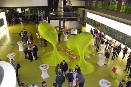 Blick ins Atrium der Fakultät Informatik an der TU Dresden, wo das Startup Weekend stattfand. Foto: Stephan Hönigschmid