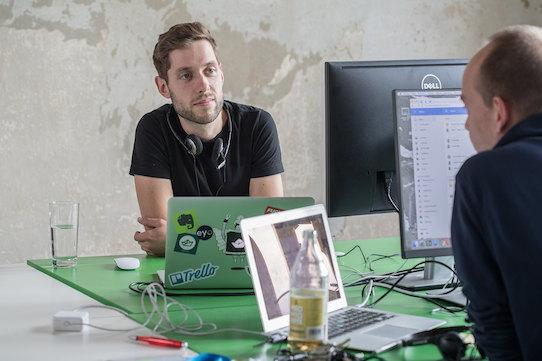 Staffbase-CEO Martin Böhringer während eines Gesprächs an seinem Arbeitsplatz. Foto: Dirk Hanus für Staffbase