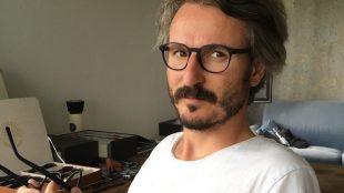 Augenoptikermeister Max Steilen in seinem Leipziger Showroom. Foto: Stephan Hönigschmid