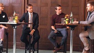 Rhebo-Geschäftsführerin Kristin Preßler, Sachsens Ministerpräsident Michael Kretschmer, Wandelbotsgeschäftsführer Christian Piechnick und Verlagsgeschäftsführer Denni Klein von der Sächsischen Zeitung (v.l.n.r.), der die Diskussion moderiert hat.