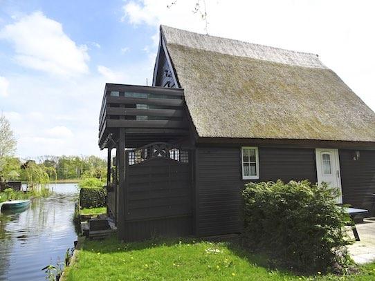 Ein Bootshaus an der Mecklenburgischen Seenplatte. Foto: Björn Menzel/Ferien am Wasser