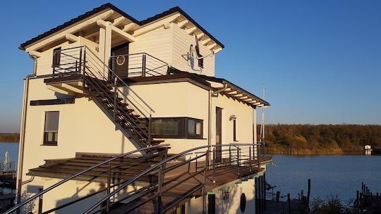 Auch in der Leipziger Region gibt es einige Angebote so wie dieses Haus am Hainer See. Foto: Björn Menzel/ Ferien am Wasser