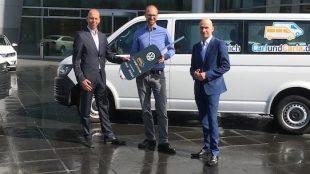 Einer der Gründer von Carl und Carla, Richard Vetter Mitte, zusammen mit Matthias Unger (li.) vom Dresdner Autohaus Holm Wirthgen und Marco Weiß von Volkswagen Sachsen. Foto: Stephan Hönigschmid