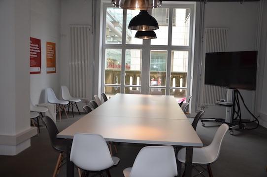 In diesem Bereich können sich die Startups zu Besprechungen treffen. Außerdem gibt es einen Balkon Richtung Altmarkt Galerie, der zum Beispiel für Raucher interessant ist. Foto: Stephan Höngischmdi