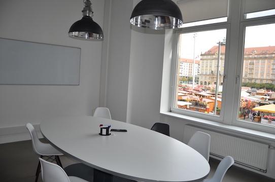 Einer der Arbeitsräume des Startup-Campus mit Blick auf den Altmarkt. Foto: Stephan Hönigschmid