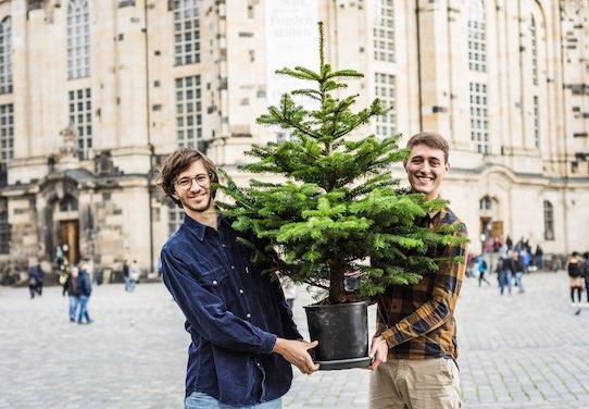 """Weihnachtsbäume im Topf verkaufen, um sie nach dem Fest abzuholen und einzupflanzen. Diese Idee hatten im vergangenen Jahr Nick Dühr (li.) und Moritz Kormann mit ihrer Firma """"baumkind"""". Trotz großer Nachfrage gab es in diesem Jahr keine Fortsetzung. Foto: baumkind"""