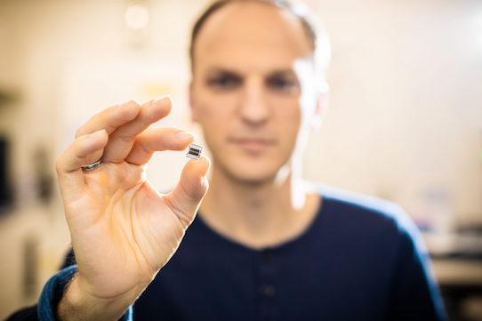 Geschäftsführer Ronny Timmreck zeigt einen der von Senorics entwickelten Sensoren in die Kamera. Foto: Ellen Türke Fotografie für Senorics