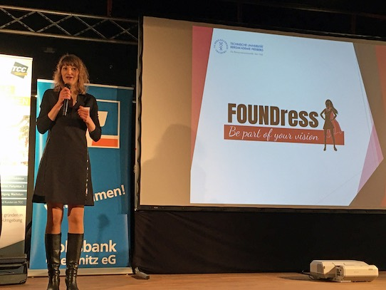 Prof. Karina Sopp während ihrer Rede beim Finale des Suxxeed-Ideenwettbewerbs in der Mensa der TU Chemnitz. Foto: Stephan Hönigschmid