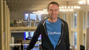 """Stolz präsentiert """"Staffbase""""-Mitgründer Frank Wolf die neuen Dresdner Firmenräume im früheren Café Prag. Fotos: PR/Staffbase"""