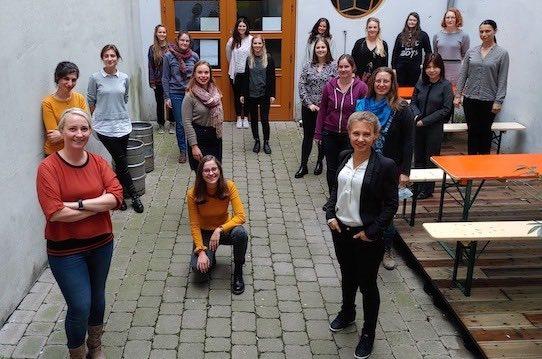 Isabel Schulze (vorne links) mit Teilnehmerinnen des Foundress-Programms. Foto: Foundress/privat